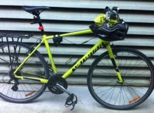 Tim Stevens commutes to work on a high-vis-yellow Specialized Crosstrail. Photo: Jesse Morgan